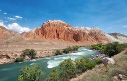 Красные утесы вдоль реки Kokemeren около Kyzyl-Oi, принятого Кыргызстана стоковая фотография rf