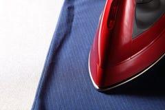 Красные утюг и рубашка Стоковое Фото
