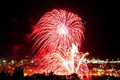 Красные фейерверки на ноче стоковое фото