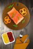 Красные филе форели рыб на плите Стоковые Фотографии RF