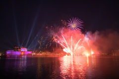 Красные & фиолетовые фейерверки над грандиозной гаванью, St Angelo форта, Стоковое Фото