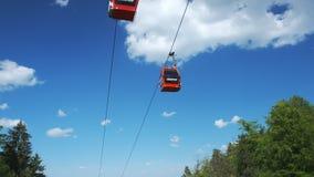 Красные фуникулеры летом, кабел-кран на горе Pohorje, около Марибора, Словения акции видеоматериалы