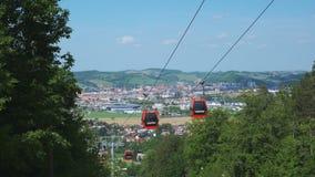Красные фуникулеры летом, кабел-кран на горе Pohorje, около Марибора, Словения видеоматериал