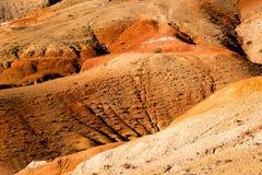 Красные холмы и горы осенью Красочные утесы, стоковая фотография rf