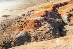 Красные холмы и горы осенью стоковое фото
