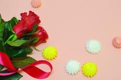 Красные цветки на розовой предпосылке с космосом экземпляра стоковая фотография rf