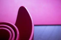 Красные циновки спортзала пены йоги и pilates фитнеса Стоковая Фотография