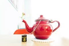 Красные чайник и цветки Стоковое фото RF