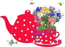 Красные чайник и чашка с травами и ягодами Стоковая Фотография