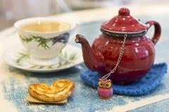 Красные чайник и чашка чаю Стоковые Изображения RF