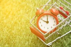 Красные часы на корзине, нехватка времени, непродуктивная трата времени, покупая время стоковая фотография rf