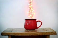 Красные чашка и сердце сформировали bokeh над им на белой предпосылке Принципиальная схема дня ` s Валентайн Стоковые Изображения RF