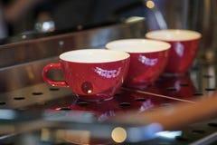 Красные чашки на стойке, машина кофе, бар Винтажный темный тон, время кофе, для предпосылки Культура кофе и Стоковое Изображение RF