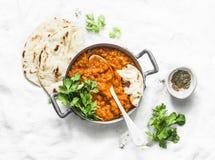 Красные чечевицы dhal и flatbread paratha - здоровый вегетарианский обедающий в индийском стиле на светлой предпосылке стоковые изображения rf