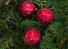 Красные шарики на деревянном столе Стоковые Изображения RF