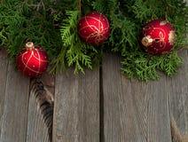 Красные шарики на деревянном столе Стоковое Фото