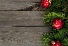 Красные шарики на деревянном столе Стоковая Фотография