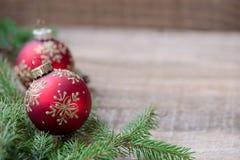 Красные шарики орнамента рождества, украшение ели Стоковая Фотография RF
