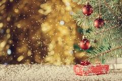 Красные шарики рождества на запачканной предпосылке небо klaus santa заморозка рождества карточки мешка Falli Стоковая Фотография RF