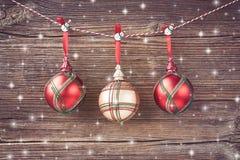 Красные шарики рождества на предпосылке деревянной доски звезды абстрактной картины конструкции украшения рождества предпосылки т Стоковое Изображение RF