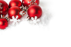 Красные шарики рождества в снеге на белизне Стоковое Изображение