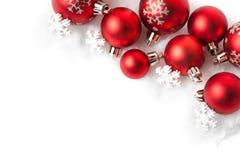 Красные шарики рождества в снеге на белизне Стоковое Фото