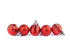 Красные шарики рождества горизонтально на прямой линии стоковое фото rf