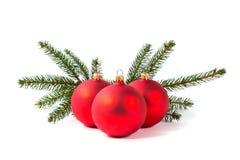 Красные шарики рождества и ветвь ели Стоковая Фотография RF