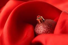 Красные шарики рождества, обернутые в ткани Стоковое Изображение RF