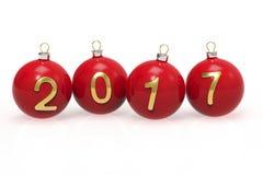 Красные шарики рождества с золотыми числами 2017 на белой предпосылке Стоковые Фото