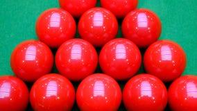 Красные шарики снукера и зеленая таблица Стоковые Фотографии RF