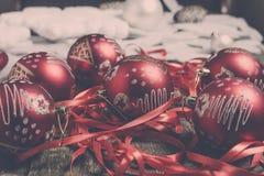Красные шарик и ленты рождества на деревянной предпосылке invitation new year Рамка скопируйте космос фото тонизировало Стоковые Изображения