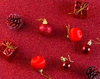 Красные шарик рождества и предпосылка яркого блеска украшения подарка Стоковое Изображение