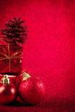 Красные шарик рождества и предпосылка яркого блеска украшения подарка Стоковые Фото