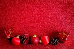 Красные шарик рождества и предпосылка яркого блеска украшения подарка Стоковые Изображения RF