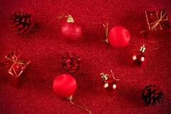Красные шарик рождества и предпосылка яркого блеска украшения подарка Стоковая Фотография