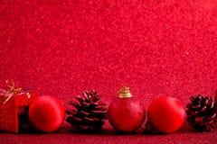 Красные шарик рождества и предпосылка яркого блеска украшения подарка Стоковая Фотография RF