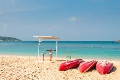 красные шлюпки каяка на пляже Стоковое Изображение RF