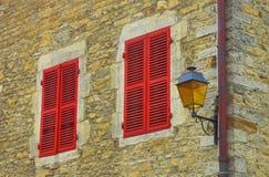 Красные штарки окна стоковое фото