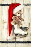 Красные шляпа, коньки плюшевого медвежонка и льда Винтажное украшение рождества Стоковые Фото