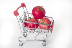 Красные яблоки в корзине еды стоковое фото rf