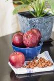 Красные яблоки в голубой плите. Стоковое Изображение RF