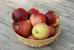 Красные яблоки в корзине Стоковое Изображение