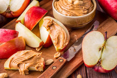Красные яблоки и арахисовое масло для закуски Стоковое Изображение RF