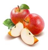 Красные яблоки и взгляд сверху кварталов изолированное на белизне Стоковая Фотография RF