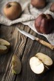 Красные яблоки и половины яблока на деревянном столе Стоковое Фото