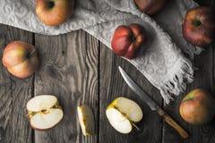 Красные яблоки и половины яблока на деревянном столе Стоковое фото RF