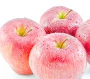 Красные яблоки находились на белой предпосылке Стоковые Изображения