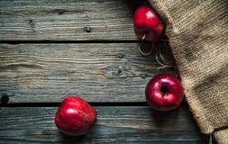 Красные яблоки на деревянной предпосылке с увольнением плодоовощ, естественная еда стоковое изображение rf