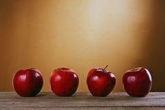 Красные яблоки на деревянной таблице стоковые фото